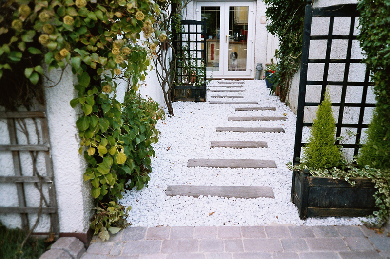 White Pebbles With Coppice Brown Stone Sleepers.